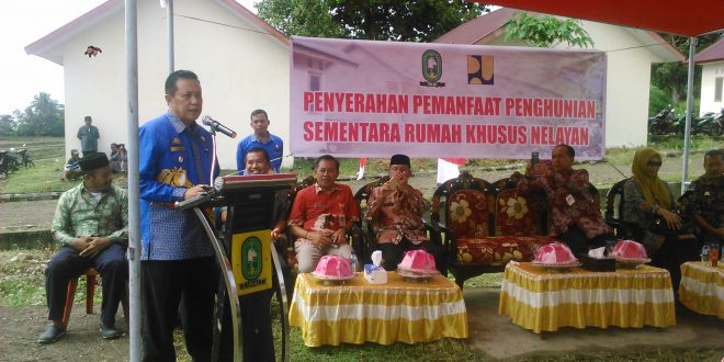 Plt Bupati Sinjai Serahkan 56 Unit Rumah Nelayan