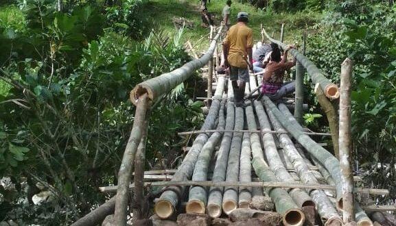 Warga Desa Barambang Swadaya Perbaiki Jembatan